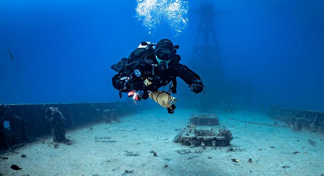 TDI-Diver-on-Wreck-with-Deco-Bottle-Photo.jpg